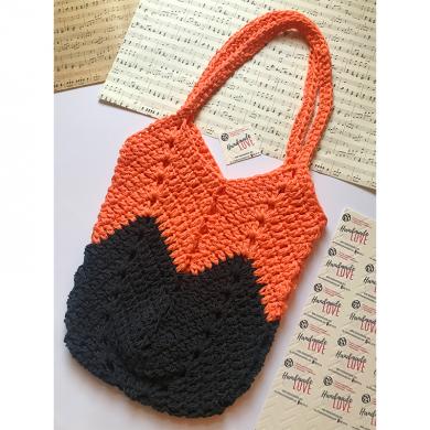 Лятна плетена чанта с дълги дръжки в корал и черно