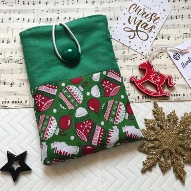 Коледен калъф за електронна книга в зелено с коледна украса