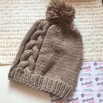 Дамска зимна шапка с плетеница и помпон в цвят екрю с 50% вълна