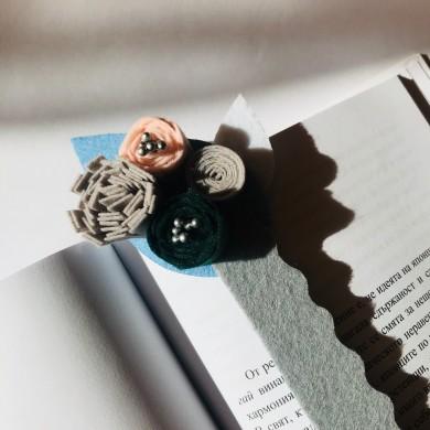 Книгоразделител от филц на синя основа с розови, сиви и зелени цветя