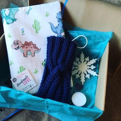 Подаръчна коледна кутия за дете с подвързия и плетена зимна лента за глава