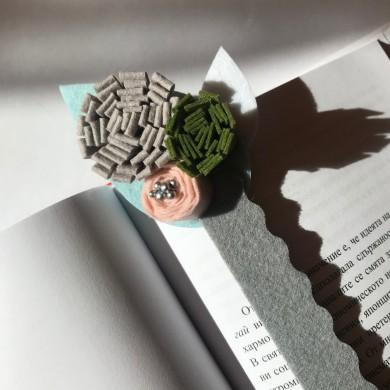 Книгоразделител от филц на светло синя основа със сиво, розово и зелено цвете