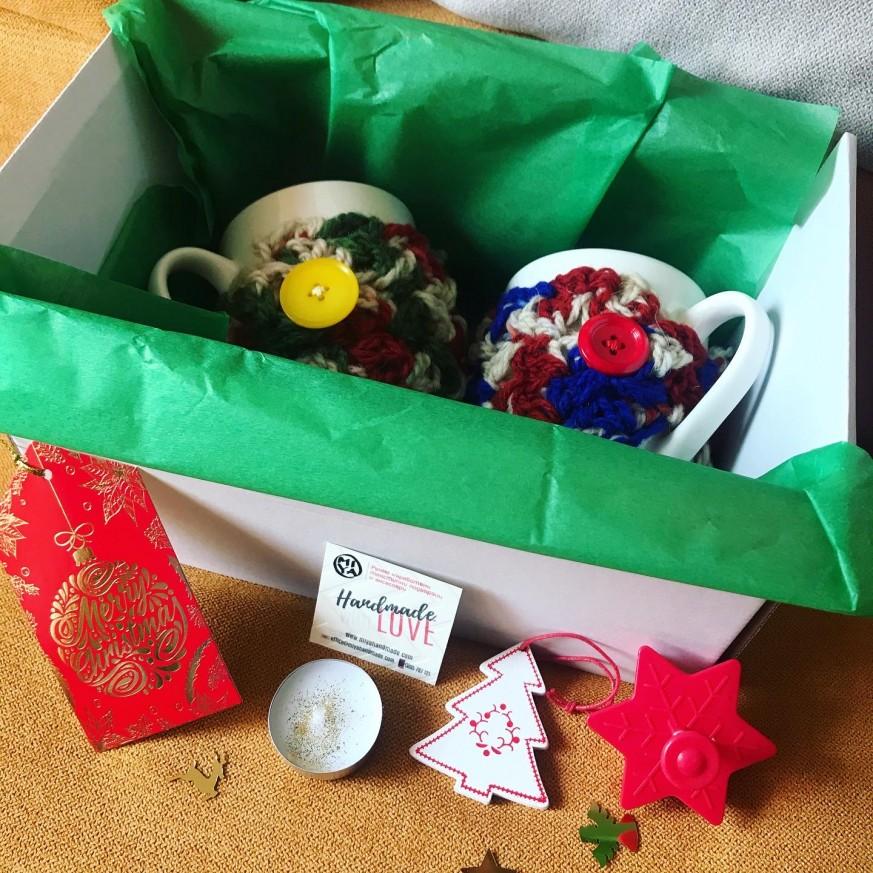 Коледна кутия с две чаши с вълнени дрешки с тематична украса и подаръци