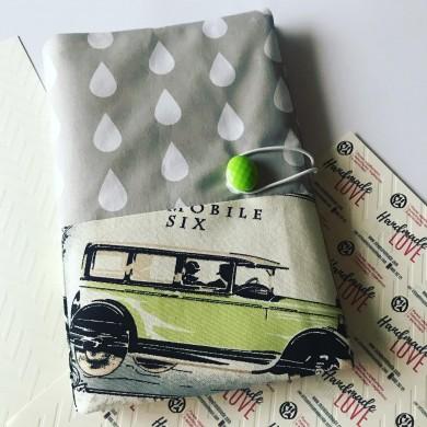 Подвързия за книга от текстил със зелен ретро автомобил
