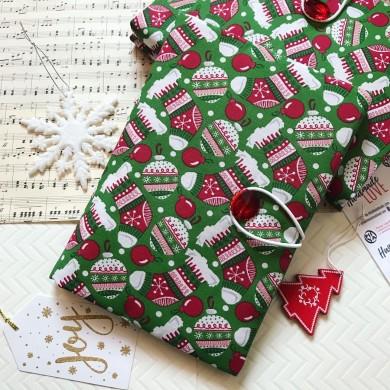 Коледна дреха за книга в зелено с празнична украса