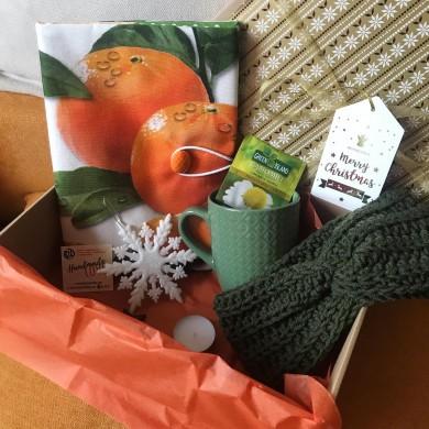 Коледен комплект Мандарини с подвързия за книга, плетена зимна лента за глава, чаша и коледна играчка