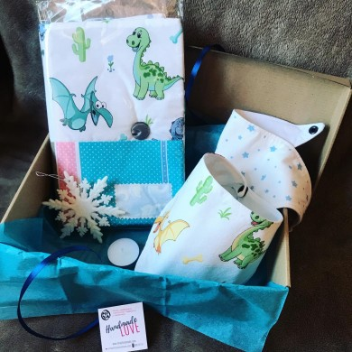 Подаръчна кутия за бебе с подвързия и две бандани лигавници