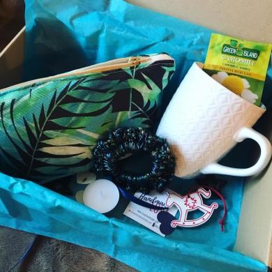 Коледен комплект подарък за жена с несесер и  плетен ластик