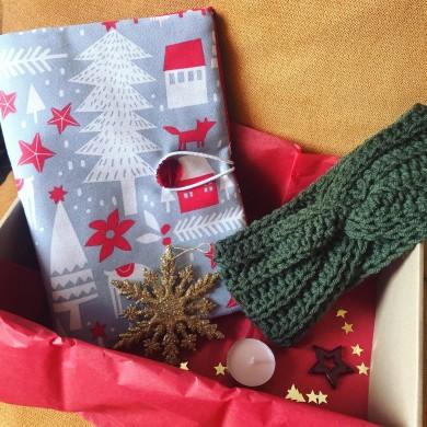 Коледна кутия с подвързия за книга, плетена лента за глава и коледни украси