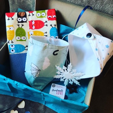 Подаръчна кутия за бебе Бухалчета с подвързия, две бандани лигавници и коледна играчка