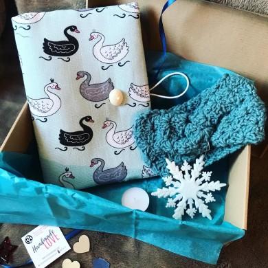 Подаръчна коледна кутия Лебедово езеро с подвързия за книга и плетена зимна лента