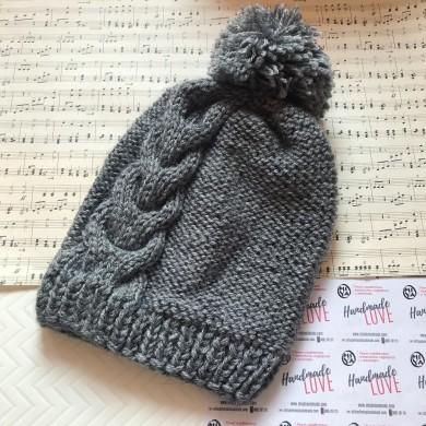 Дамска зимна шапка с плетеница и помпон в сив цвят с 50% вълна