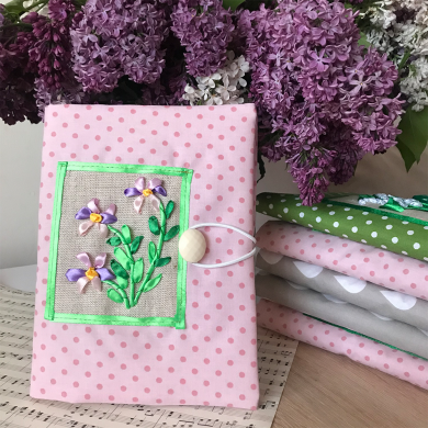 Подвързия за книга с ръчно бродирани сатенени розови цветчета