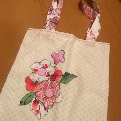 Дамска чанта тип торба с декорация от цветя
