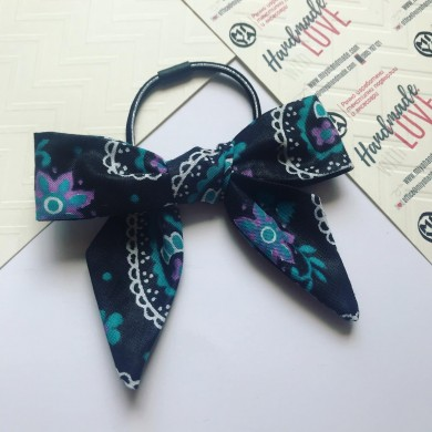 Черен ластик за коса с цветя и панделка