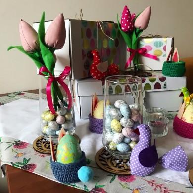 Подаръчна кутия за Великден с каре за маса, поставка за яйце, букет лалета и много други аксесоари