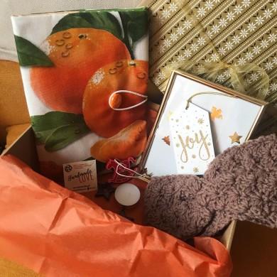 Подаръчен комплект Мандарини с подвързия за книга, плетена лента за глава, рамка за снимка и коледни украси