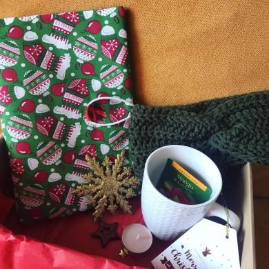 Коледна подаръчна кутия с подвързия за книга, плетена лента за глава, чаша и други изненади