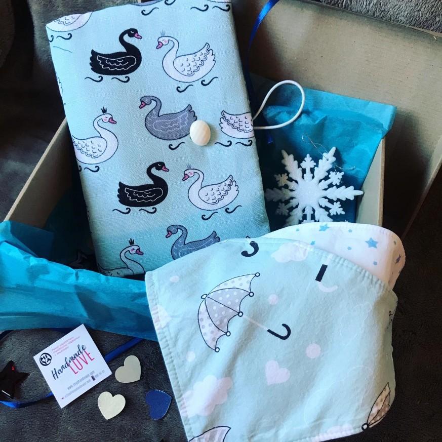 Подарък за бебе с подвързия Лебеди и две бандани лигавници