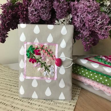 Ръчно бродирана дреха за книга със сатенен розов люляк