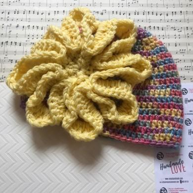 Дамска зимна шапка в меланж от свежи цветове с жълто Цвете