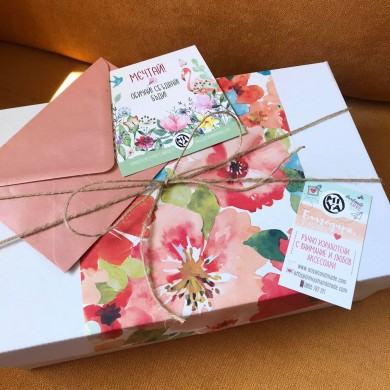 Персонална подаръчна кутия MIYA box ЮЛИ с ръчно изработени аксесоари и много летни подаръци