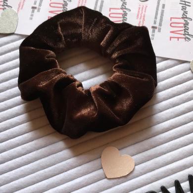 Кафяво кадифено скрънчи за коса и ръка