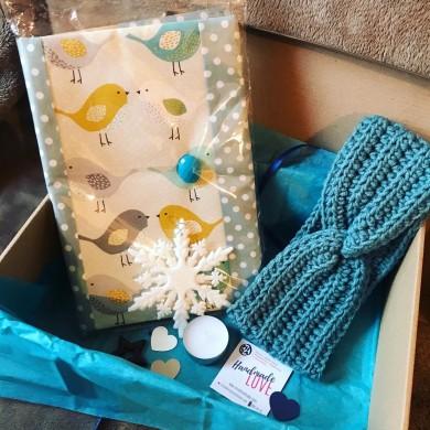 Подаръчна кутия с подвързия за книга, плетена лента за глава и коледни украшения