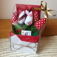Подаръчна кутия с цветя - 7 текстилни лалета в цветове по избор