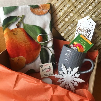 Коледна подаръчна кутия Мандарини с подвързия за книга, чаша за чай и коледни украси