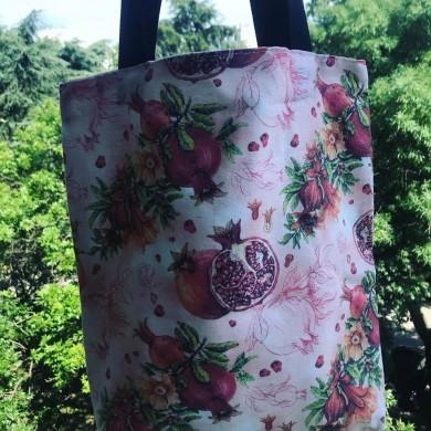 Текстилна дамска чанта с джоб и дълги дръжки с десен с нарове