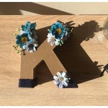 Буква К декорирана в синьо с цветя и канап
