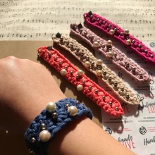 Дамска ръчно плетена гривна с мъниста в свежи цветове