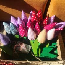 Текстилно лале различни цветове с листа от филц с магнит за закрепване и панделка