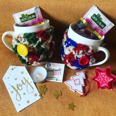 Чаша с вълнена плетена дрешка в меланж от цветове в подаръчна кутия