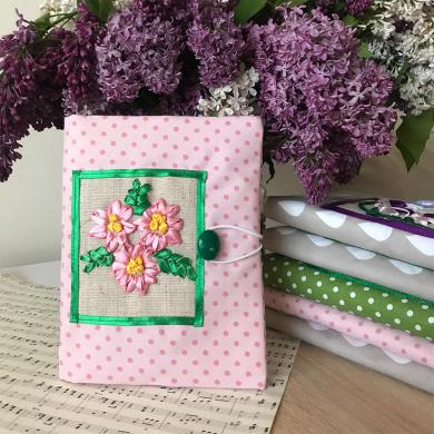 Дреха за книга с бродирани цветя от сатенени панделки в розово