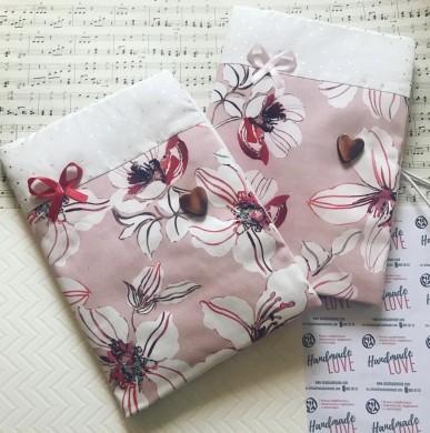 Ръчно изработена подвързия за книга от сатениран памук на цветя  със златни точки и панделка