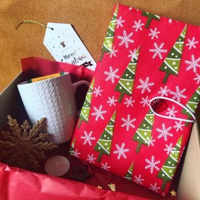 Коледна подаръчна кутия с подвързия за книга, чаша за чай и коледни украси