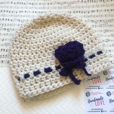 Дамска бяла плетена зимна шапка с Роза в лилаво