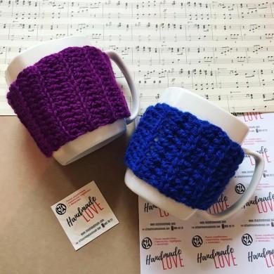 Чаша с плетена дрешка за чаша в синьо или лилаво с изчистен модел