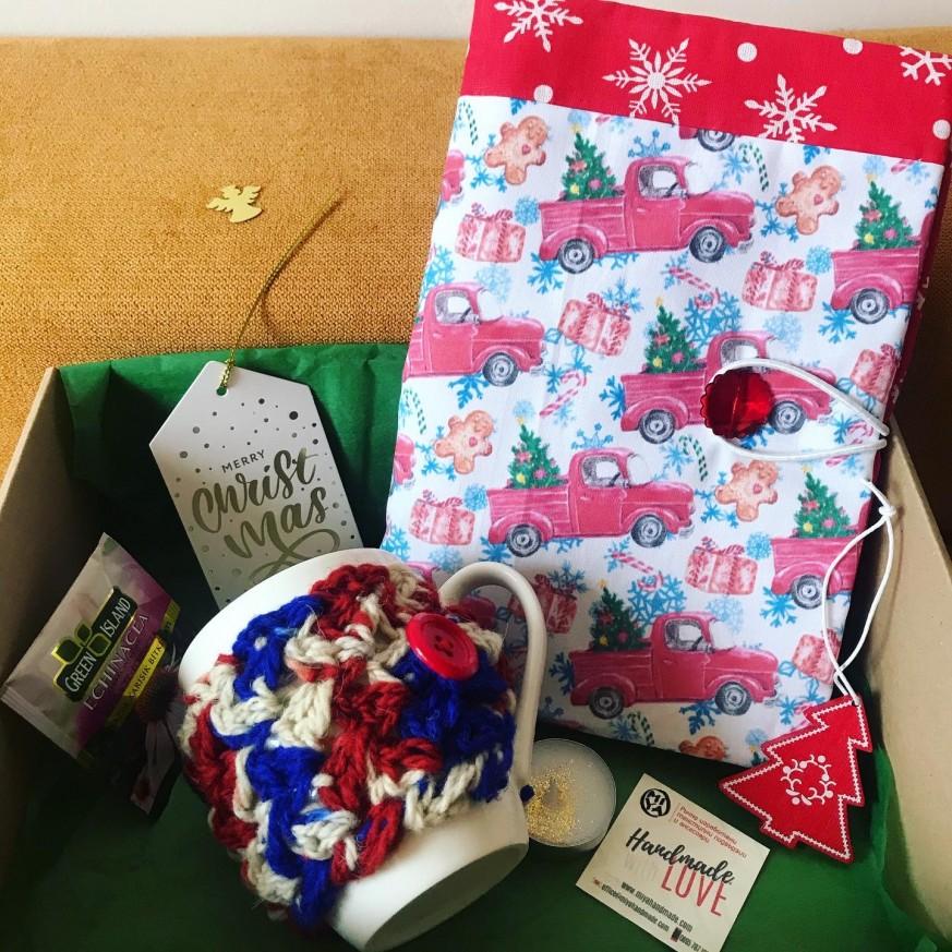 Подаръчна кутия с подвързия за книга в десен по избор и чаша с дрешка по избор