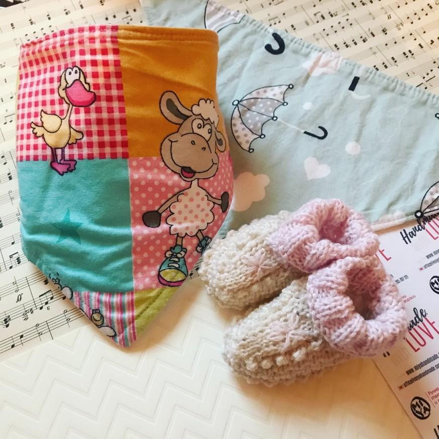 Бебешки комплект с плетени обувки и два лигавника тип бандана с десени по избор