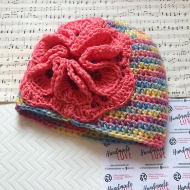 Дамска зимна шапка Цвете в меланж от свежи цветове с украса в прасковено
