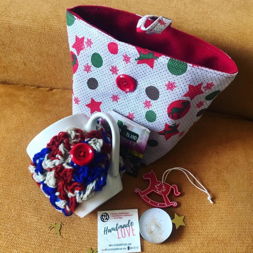 Подаръчен коледен комплект с несесер, чаша за чай с дрешка и украса