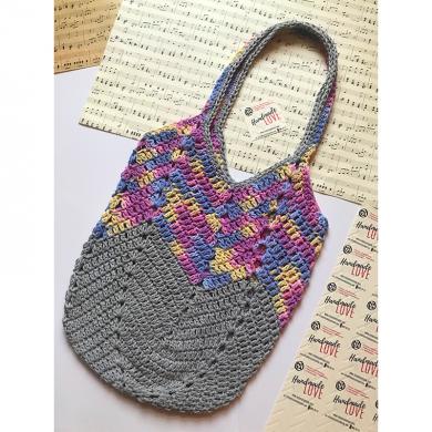 Шарена плетена чанта в сиво със синьо, лилаво и жълто среден размер