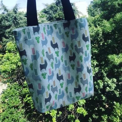 Дамска текстилна чанта с джоб, дъно и дълги дръжки с Лами и кактуси