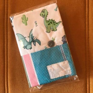 Подвързия с весели цветове и десен с дракончета с текстилен етикет с надпис по поръчка