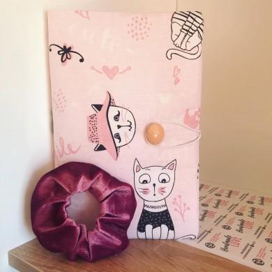 Ръчно изработен комплект подвързия за книга Котки и скрънчи за коса в розово