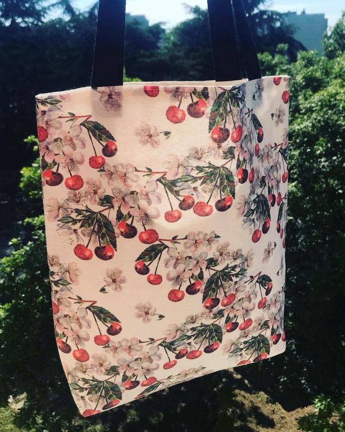 Дамска чанта tote bag с череши, вътрешен джоб и дълги дръжки