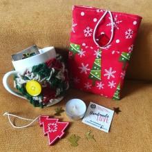 Подаръчна кутия с калъф за електронен четец и чаша с плетена дрешка